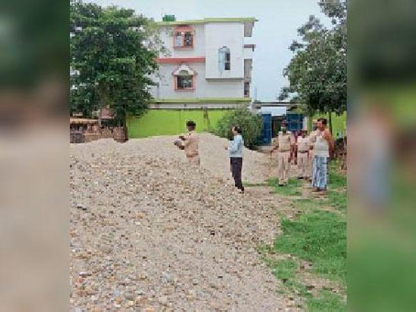 कौआभीट्टा निवासी के घर के पीछे निज जमीन पर जमा नदी के रेत को जब्त करती संयुक्त टीम। - Dainik Bhaskar
