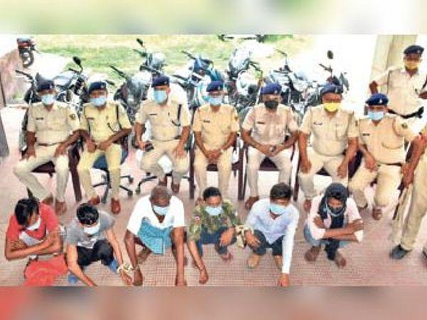 केहाट थाना में चोर गिरोह की गिरफ्तारी की जानकारी देती पुलिस। - Dainik Bhaskar
