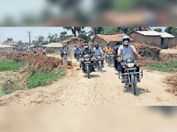 बाइक चलाकर मोहराघाट जाते डीएम, साथ में अन्य प्रशासनिक टीम। - Dainik Bhaskar