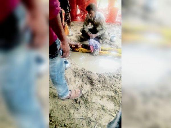 पानी भरे गड्ढे में महिला को डुबोकर रखे परिजन। - Dainik Bhaskar