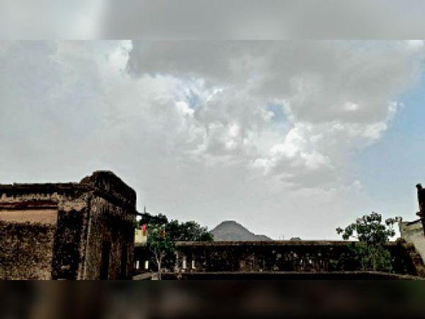 झुंझुनूं. शहर में तीसरे दिन भी आसमान में छाए रहे बादल। - Dainik Bhaskar