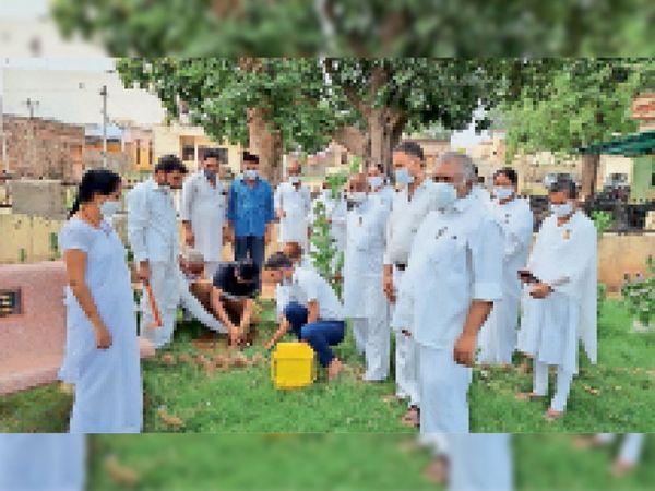 सामुदायिक स्वास्थ्य केंद्र परिसर में पाैधराेपण करते हुए। - Dainik Bhaskar