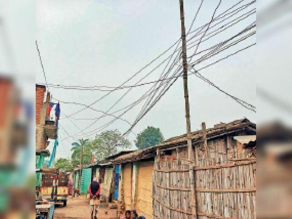 नगरपरिषद के वार्ड-21 मे बांस के सहारे लटका बिजली का तार। - Dainik Bhaskar