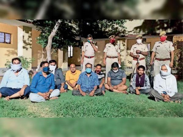 धौलपुर. पुलिस गिरफ्त में पकड़े गए सटोरिए। - Dainik Bhaskar