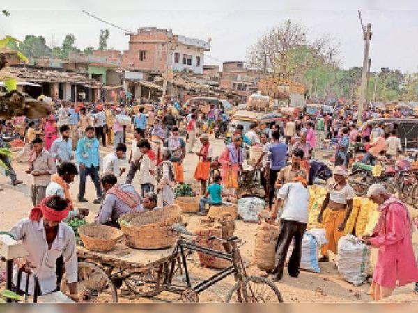 शिवहर में सब्जी की खरीदारी करने जुटी लोगों की भीड़। - Dainik Bhaskar