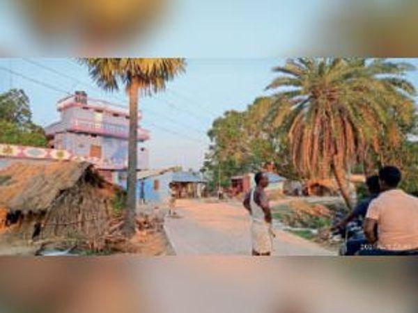 भगतपुर में पुलिया के पास लटकता बिजली का तार। - Dainik Bhaskar