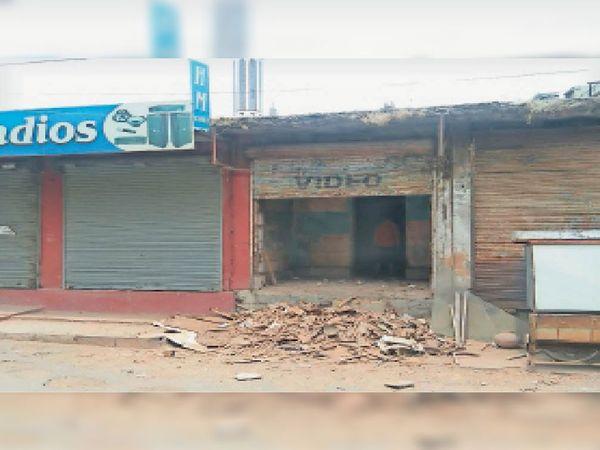बीच बाजार में स्थित दुकान की चल रही सफाई, जहां रखे जाएंगे उपकरण। - Dainik Bhaskar