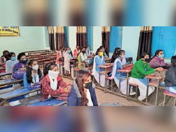 पढ़ाई करते बच्चे का फाइल फोटो। - Dainik Bhaskar
