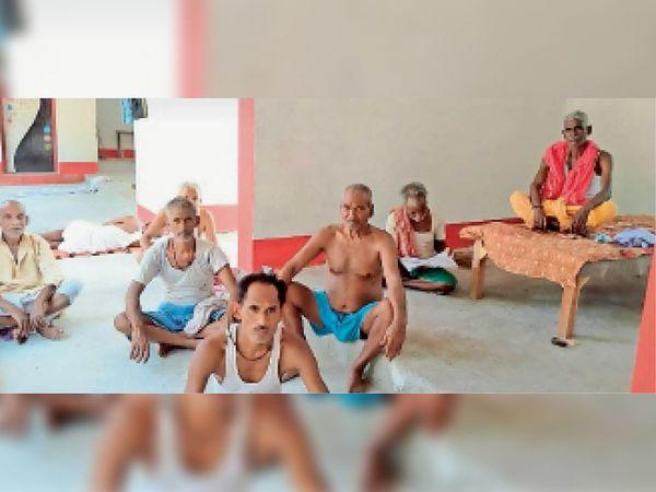 आदर्श गांव बरेजा में बैठे लोग। - Dainik Bhaskar