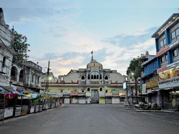 सामान्य दिनों में गोपाल मंदिर चौक यात्रियों से पटा रहता है लेकिन मंदिरों में प्रवेश बंद होने से यहां सन्नाटा छाया है। - Dainik Bhaskar