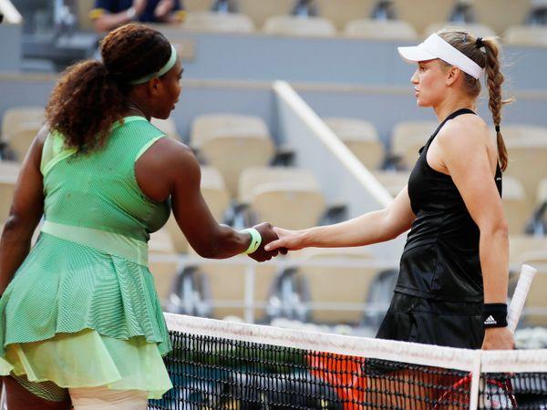 फ्रेंच ओपन में रविवार को एलिना रिबाकिना (दाएं) ने सेरेना विलियम्स को हरकार क्वार्टरफाइनल में प्रवेश किया। मैच के दोनों खिलाड़ी एक दूसरे से हाथ मिलाते हुए। - Dainik Bhaskar