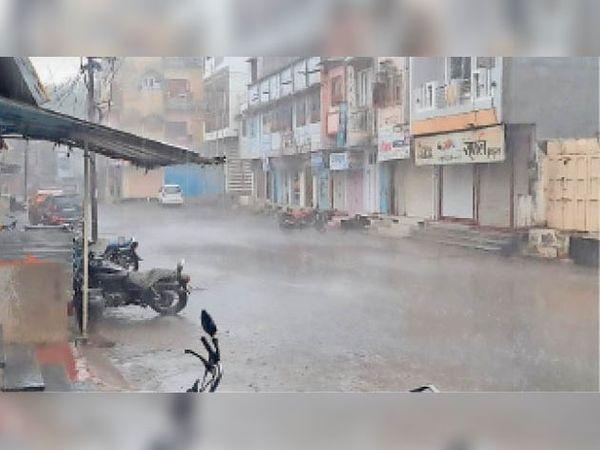 रविवार शाम को शहर में करीब पौन घंटा हुई तेज बारिश। - Dainik Bhaskar