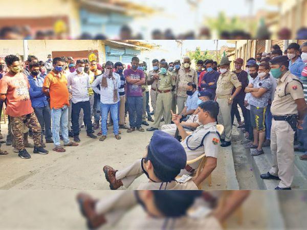 परिजनों और ग्रामीणों से समझाइश करते एएसपी व अन्य अधिकारी। - Dainik Bhaskar