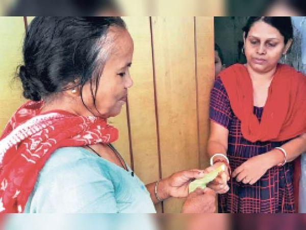 प्लास्टिक के पत्तागोभी को जलाकर दिखातीं महिलाएं। - Dainik Bhaskar