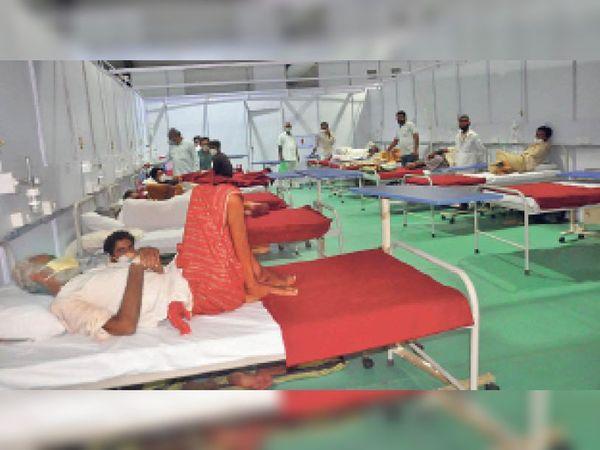 बाड़मेर. हाई स्कूल में बनाए गए कोविड अस्पताल में भर्ती मरीज। - Dainik Bhaskar