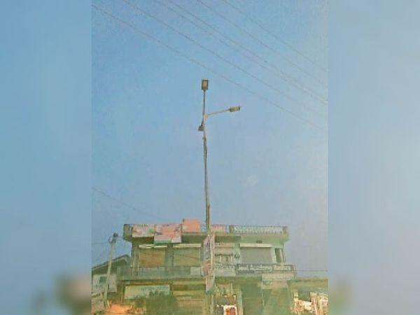 कस्बे की सड़कों पर बंद पड़ी स्ट्रीट लाईटें। - Dainik Bhaskar