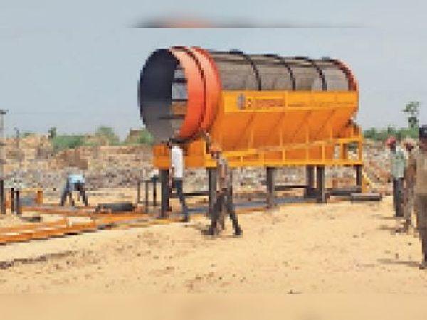 बांदीकुई   कचरा निस्तारण के लिए लगाई जा रही मशीन। - Dainik Bhaskar