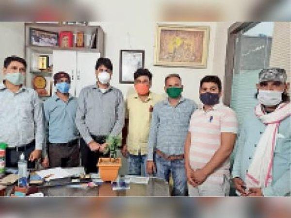 दौसा| जिला अस्पताल में डाॅक्टरों को पौधे देकर सम्मानित करते एससी, एसटी व ओबीसी अधिकारी कर्मचारी संयुक्त महासंघ के पदाधिकारी। - Dainik Bhaskar