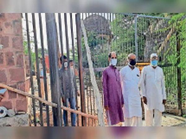 लालसोट | भोमियां जी महाराज के मंदिर को जाने वाले रास्ते पर पुलिस की मौजूदगी में लगी रेलिंग व गेट। - Dainik Bhaskar