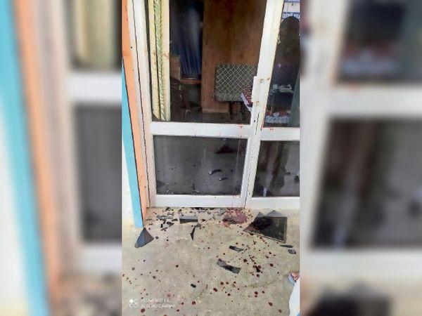 दुकान का टूटा हुआ शीशा व बिखरा हुआ खून। - Dainik Bhaskar