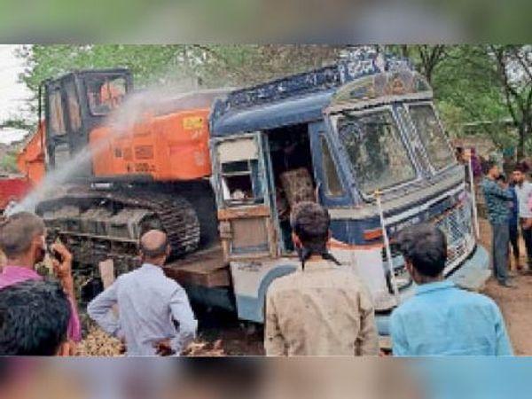 रायपुर. ट्रोले में रखी एलएनटी में लगी आग को बुझाते दमकलकर्मी। - Dainik Bhaskar