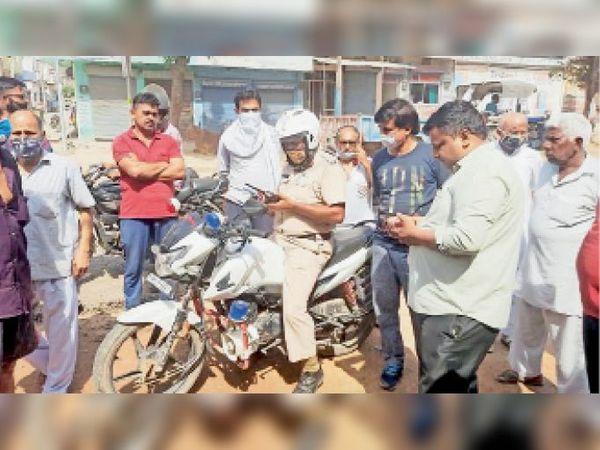 दुकानें खोलने व बंद को लेकर व्यापारियों और पुलिस में होती बहस। - Dainik Bhaskar