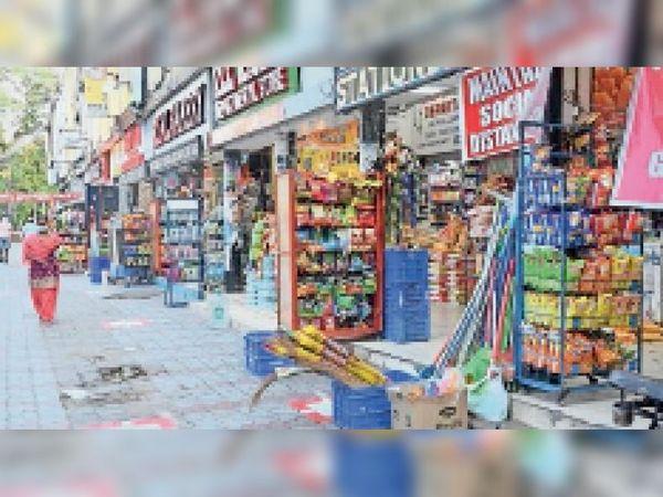 पंचकूला के एक सेक्टर की मार्केट्स में खुली हुई शॉप्स। - Dainik Bhaskar