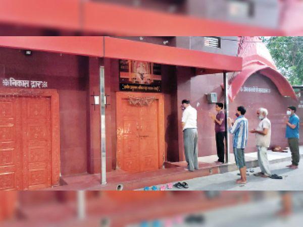 हनुमान मंदिर के बंद कपाट के बाहर से शाम की आरती में शामिल होते श्रद्धालु - Dainik Bhaskar
