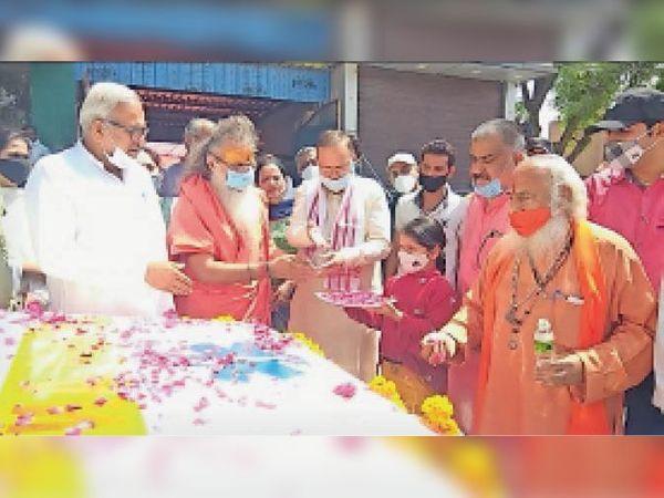 सामाजिक सरोकार के तहत कोरोना संक्रमितों के लिए चलाई जा रही एंबुलेंस का शुभारंभ करते स्वामी धर्मदेव व हरको बैंक के चेयरमैन अरविंद यादव - Dainik Bhaskar