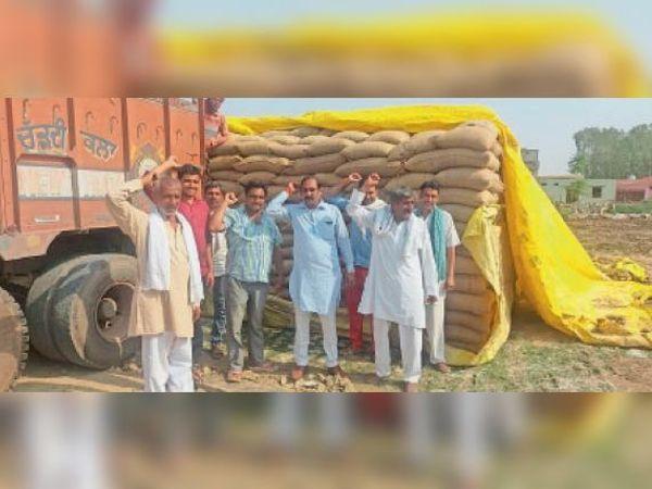 किलोई मंडी में गेहूं खरीद के लिए नारेबाजी करते किसान। - Dainik Bhaskar