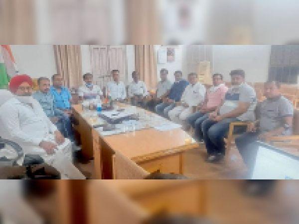 सिरसा।अनाज मंडी में बढ़ते चोरी के मामलों में कोई कार्रवाई न होने से रोषित आढ़ती बैठक करते हुए। - Dainik Bhaskar