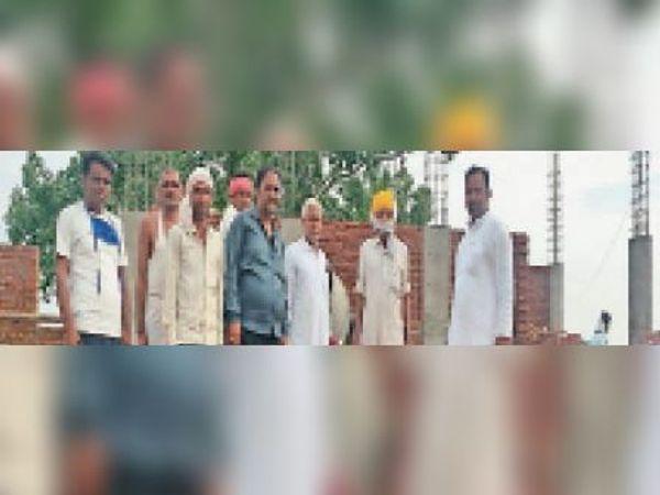 पचेवर  मंदिर के नव निर्माण के दौरान छतरियों वाले बालाजी मंदिर निर्माण समिति के लोग। - Dainik Bhaskar