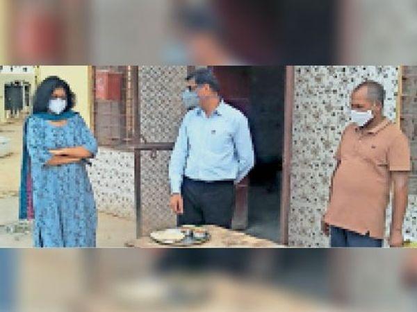 टोंक| कारागृह के निरीक्षण के दौरान भोजनशाला का अवलोकन करती विधिक सेवा प्राधिकरण सचिव। - Dainik Bhaskar
