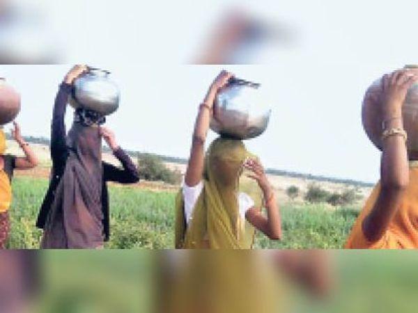 टोडारायसिंह  एक किमी दूर बनास नदी से पानी लाने पर विवश महिलाएं। - Dainik Bhaskar