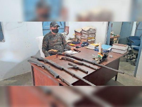 छापेमारी में बरामद अवैध हथियार - Dainik Bhaskar