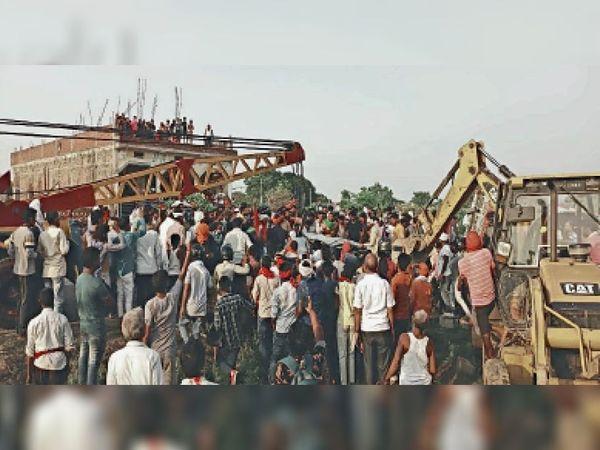 दुर्गावती में हुए हादसे के बाद जुटी लोगों की भीड़। - Dainik Bhaskar
