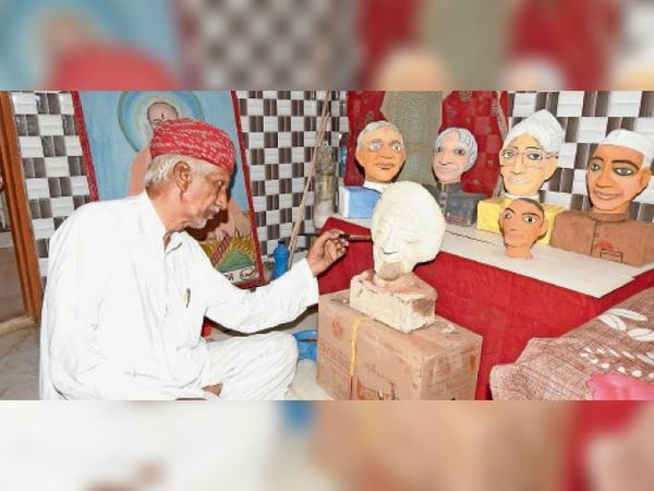 बाड़मेर. रद्दी कागजों को गोंदकर बुजुर्ग ने तैयार किए महापुरुषों के स्टेच्यू। - Dainik Bhaskar
