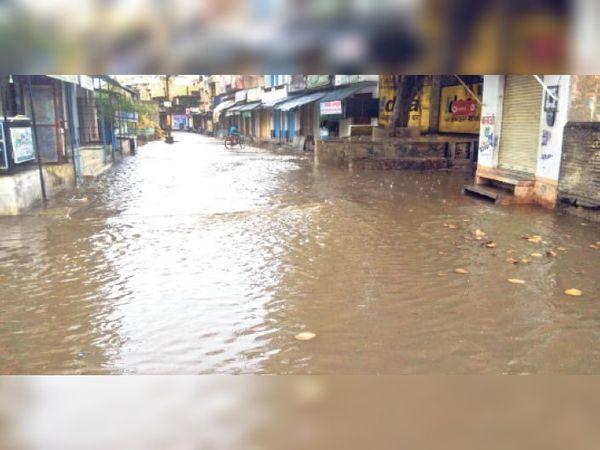 घाणेराव. कस्बे में बरसात के बाद मार्ग पर बहता पानी। - Dainik Bhaskar