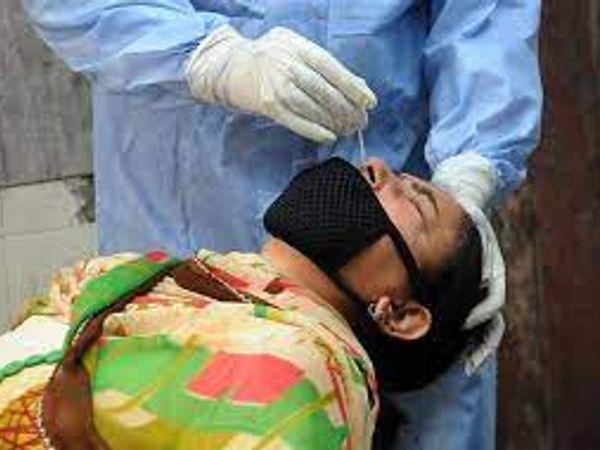जालंधर में महिला का कोविड सैंपल लेते डॉक्टर। - Dainik Bhaskar