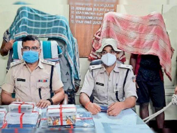 गिरफ्तार आरोपियों की जानकारी देती पुलिस। - Dainik Bhaskar