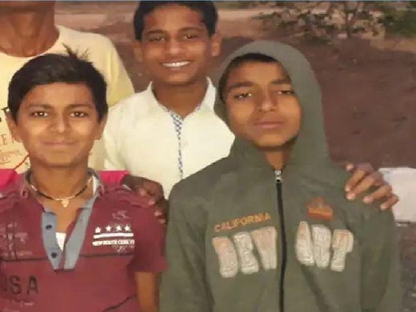 इस दुर्घटना में तीन भाइयों की मौत हुई है। जिसमें से दो सगे भाई शामिल हैं।