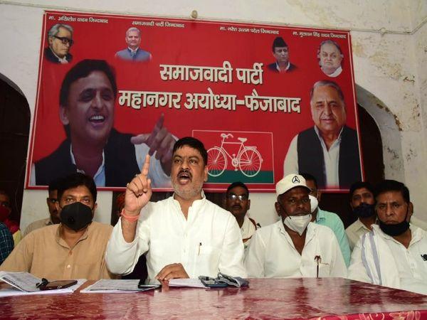 समाजवादी पार्टी के पूर्व मंत्री तेज नारायण पांडे पवन बोले- भाजपा लूट करने वाली सरकार, हमारी सरकार आने पर सारे टैक्स से अयोध्या नगर निवासियों को मुक्त कराएंगे। - Dainik Bhaskar