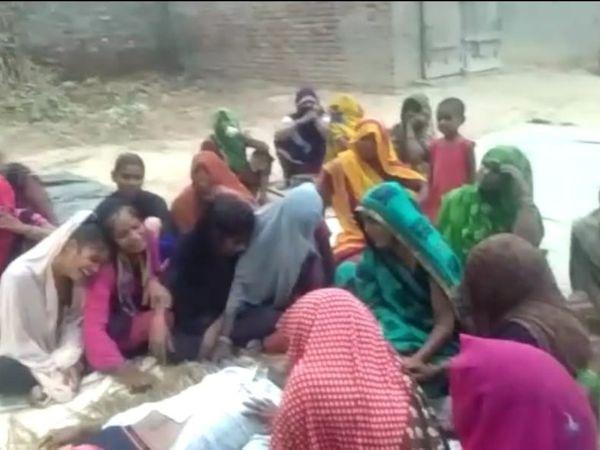 किसान की आत्महत्या के बाद पोस्मार्टम हाउस के बाहर परिजन। - Dainik Bhaskar