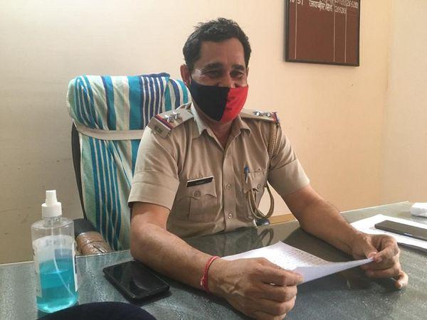 सेक्टर 11-12 पुलिस चौकी प्रभारी जयवीर।