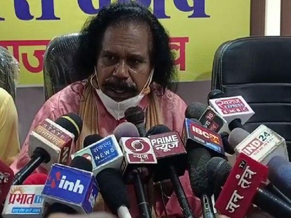 नंद कमार साय राजनांदगांव में सिलगेर की घटना को लेकर पत्रकारों से चर्चा कर रहे थे। - Dainik Bhaskar