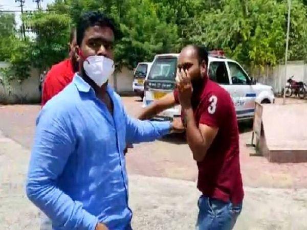 नीले शर्ट में NSUI अध्यक्ष विजय रजक अंशुल ठाकुर को मारते-पीटते हुए।
