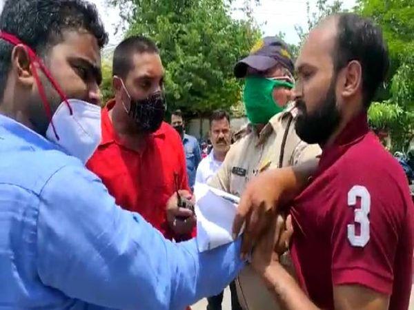 पुलिस वालों के सामने भी मारता रहा आरोपी विजय रजक।