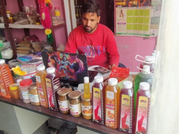 भरत सिंह के बेटे जगमोहन अपने स्टोर पर प्रोडक्ट की मार्केटिंग करते हुए। वे भी अपनी पढ़ाई पूरी करने के बाद खेती से जुड़ गए हैं।