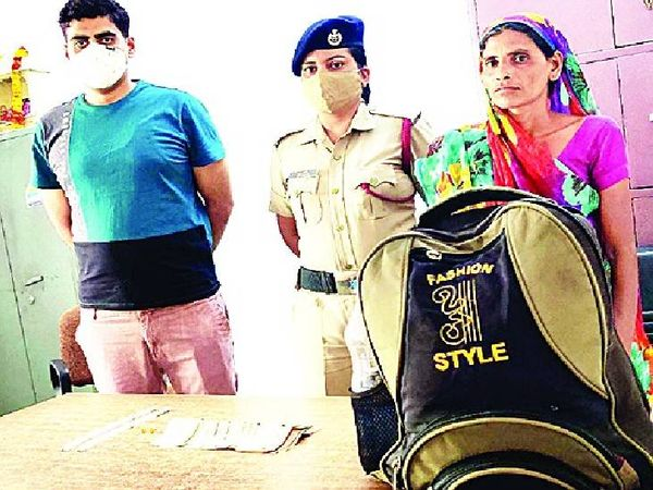 कीमती सामान से भरा महिला का बैग RPF ने वापस किया - Dainik Bhaskar
