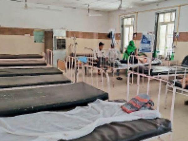जिला अस्पताल के काेविड वार्ड में खाली हुए बैड। - Dainik Bhaskar